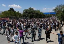 Протестующие хазарейцы на улице Кабула 16 мая 2016 года.  Тысячи представителей афганского этнического меньшинства вышли в понедельник на улицы Кабула, многие с булыжниками, требуя скорректировать в их интересах маршрут планируемой ЛЭП из соседних стран Центральной Азии. REUTERS/Mohammad Ismail
