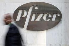 Pfizer comprará Anacor Pharmaceuticals en un acuerdo valorado en 5.200 millones de dólares (4.592 millones de euros) para tener acceso al gel experimental de Anacor para el tratamiento del eccema. En la imagen, un hombre camina junto a la sede de Pfizer en Nueva York, el 28 de abril de 2014.  REUTERS/Andrew Kelly/File Photo