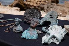 Itens encontrados pela IAA em navio mercante naufragado na costa do Mediterrâneo.     16/05/2016       REUTERS/ Baz Ratner