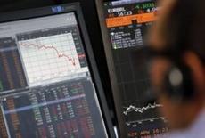 Las acciones europeas recortaron caídas el lunes y cerraron casi estables, en una jornada con pocos negocios porque varios mercados de la región no operaron por festivo, entre ellos la bolsa de Fráncfort. En la imagen de archivo, un operador cerca de una pantalla con el descenso del CAC 40 en Allianz Global Investors, en París. REUTERS/Regis Duvignau