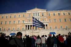 Unos manifestantes en una jornada de protesta frente al Parlamento griego en Atenas, mayo 8, 2016. El Parlamento de Grecia votará el domingo sobre un nuevo paquete de medidas que incluyen alzas de impuestos y reformas exigidas por los acreedores internacionales, dos días antes de que los ministros de Finanzas de la zona euro evalúen si Atenas califica para recibir los necesarios fondos de su último rescate.   REUTERS/Alkis Konstantinidis