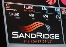 El logo de SandRidge en un tablero electrónico en la Bolsa de Nueva York, Estados Unidos. 11 de enero de 2013. SandRidge Energy y Breitburn Energy Partners solicitaron el lunes protección por bancarrota, el más reciente capítulo de una seguidilla de quiebras de empresas del sector energético en Estados Unidos. REUTERS/Brendan McDermid/File Photo