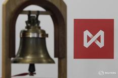 Колокол на фоне логотипа Московской биржи в её здании в Москве 15 февраля 2013 года. Вероятность сохранения дивидендов Газпрома на прежнем уровне, без повышения в соответствии с распоряжением правительства РФ, спровоцировала продажи по всему российскому фондовому рынку днем во вторник. REUTERS/Maxim Shemetov