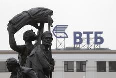Логотип ВТБ на здании в Ставрополе 22 января 2015 года. Второй по величине госбанк ВТБ прогнозирует рентабельность капитала в 2017-2018 годах на уровне более 5 процентов, в 2019 году - около 11 процентов на фоне сохранения расходов на риск все три года в объеме 200 базисных пунктов кредитного портфеля, говорится в презентации стратегии банка для инвесторов. REUTERS/Eduard Korniyenko