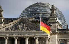 La croissance économique allemande restera soutenue au deuxième trimestre mais elle devrait néanmoins perdre un peu de la dynamique constatée au premier, selon la Bundesbank. La première économie européenne a vu son PIB augmenter de 0,7% sur les trois premiers mois de l'année. /Photo prise le 28 janvier 2016/REUTERS/Fabrizio Bensch