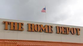 Магазин Home Depot в пригороде Майами. Home Depot Inc, крупнейшая в мире сеть магазинов по продаже инструментов для ремонта и стройматериалов, отчиталась о превысивших ожидания квартальных сопоставимых продажах и прибыли, сказав, что неустойчивая погода привела к усилению спроса. REUTERS/Joe Skipper