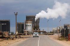 Una refinería de petróleo en Zawiai, al oeste de Tripoli, Libia. 18 de diciembre de 2013. Facciones rivales en Libia acordaron en principio conformar una organización petrolera en el país, dijo el martes el ministro de Relaciones Exteriores del nuevo Gobierno de unidad nacional respaldado por Naciones Unidas. REUTERS/Ismail Zitouny/File Photo