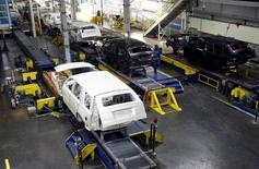 Vista general de la planta de ensamblaje de General Motors, en Arlington, Texas, Estados Unidos. 9 de junio de 2015. La producción industrial de Estados Unidos creció en abril debido a sólidos aumentos en la fabricación de maquinaria y automóviles, en una señal de que el sector de manufacturas del país está resistiendo la presión generada por la desaceleración del crecimiento global. REUTERS/Mike Stone