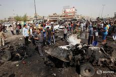 Сотрудники служб безопасности и горожане на месте взрыва автомобиля в Садр-Сити, Багдад 17 мая 2016 года. В результате трёх взрывов в Багдаде погибли по меньшей мере 63 человека, более 100 получили ранения, сообщили источники в полиции и медицинских службах.  REUTERS/Khalid al Mousily