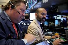 Трейдеры на торгах фондовой биржи в Нью-Йорке 16 мая 2016 года. Американский фондовый рынок открылся снижением во вторник после того, как статистика показала максимальный скачок потребительских цен в апреле за три с лишним года, что повысило шансы повышения ставки ФРС США в текущем году. REUTERS/Brendan McDermid