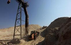 Un camión en un cerro azucarero en un granero de Da Mata en Valparaíso, Brasil, sep 18, 2014. INTL FCStone elevó el martes a 9,3 millones de toneladas su pronóstico sobre déficit global en los suministros de azúcar en 2015/16, frente a una estimación anterior de 7 millones, y proyectó un déficit menor de 7,8 millones en el periodo 2016/17.       REUTERS/Paulo Whitaker/Files