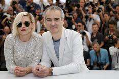 Kristen Stewart e diretor Olivier Assayas posam em Cannes. 17/5/2016.  REUTERS/Jean-Paul Pelissier