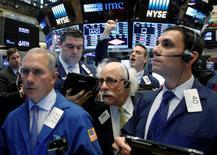 Wall Street a fini mardi dans le rouge après l'annonce d'un regain d'inflation en avril qui pourrait inciter la Réserve fédérale à relever ses taux cette année. L'indice Dow Jones a abandonné 1,02%, à 17.529,98, au lendemain d'un gain de 1%. Le Standard & Poor's 500, plus large, a reculé de 0,94% et le Nasdaq Composite a cédé 1,25%. /Photo prise le 16 mai 2016/REUTERS/Brendan McDermid