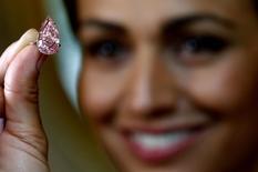 Modelo apresenta diamante rosa vendido em Genebra.  9/5/2016. REUTERS/Denis Balibouse