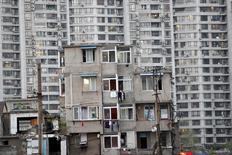 Los precios de las viviendas en China registraron en abril su mayor ritmo de crecimiento en dos años, con alzas que también se dieron en centros regionales, lo que indica una recuperación más amplia del mercado inmobiliario del país. En la imagen, viviendas antiguas en una zona en proceso de demolición en Shanghái, el 18 de abril de 2016. REUTERS/Aly Song