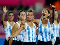 Argentina's Luciana Aymar (R) with team mates greets spectators after being defeated by Netherlands during their women's gold medal hockey match at the Riverbank Arena at the London 2012 Olympic Games August 10, 2012. REUTERS/Suzanne Plunkett