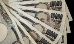 Ilustración fotográfica realizada en Tokio de diversos billetes de 10.000 yenes, ago 2, 2011. Los mercados mundiales seguirán de cerca esta semana el encuentro del Grupo de los Siete (G-7) que se celebra en Japón, a fin de tomar en cuenta cuánto margen se le dará a la nación anfitriona para alentar su crecimiento económico e inflación, específicamente a través de la depreciación del yen. REUTERS/Yuriko Nakao