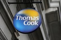 Thomas Cook fait état d'une baisse de 5% des réservations pour les vacances d'été, sous le coup d'une désaffection des touristes pour la Turquie, pays qui avait été l'an dernier la deuxième destination la plus prisée du groupe. De ce fait, le voyagiste britannique n'exclut pas une stabilité de son bénéfice d'exploitation sur l'ensemble de l'exercice 2015-2016, clos le 30 septembre, alors qu'il tablait, sous réserve d'une confiance pleinement retrouvée de ses clients, sur une hausse de ce résultat. /Photo d'archives/REUTERS/Suzanne Plunkett