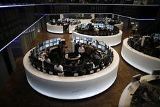 Les principales Bourses européennes évoluent jeudi en baisse dans les premiers échanges, tirées vers le bas par les valeurs liées aux ressources de base sous l'effet de la vigueur du dollar. L'indice CAC 40 cédait 0,58% vers 07h20 GMT, le Dax perdait 1,04% et le FTSE reculait de 0,98%. /Photo d'archives/REUTERS/Lisi Niesner