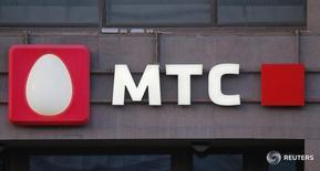 Логотип МТС на здании в Москве 10 марта 2016 года. Крупнейший в СНГ телекоммуникационный оператор МТС показал рост чистой прибыли в первом квартале 2016 года на 33,3 процента в годовом сравнении до 14,5 миллиарда рублей, сообщила компания в четверг. REUTERS/Maxim Shemetov