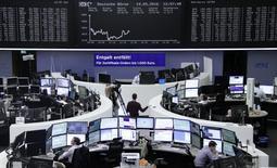 Las bolsas europeas subían en las primeras operaciones del viernes, ayudadas por las ganancias en Asia durante la noche y el encarecimiento del petróleo, con UniCredit entre los valores destacados en positivos ante las especulaciones sobre posibles ventas de activos. En la imagen, operadores trabajan en sus despachos en la Bolsa de Fráncfort, el 19 de mayo de 2016.     REUTERS/Staff/Remote