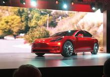 Tesla Model 3. Le constructeur de voitures électriques a augmenté son capital de 1,46 milliard de dollars (1,3 milliard d'euros) en plaçant 6,8 millions d'actions nouvelles au prix de 215 dollars pièce. /Photo prisqe le 31 mars  2016/REUTERS/Joe White