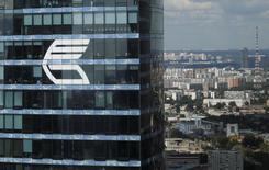 Логотип ВТБ на Башне Федерация в Москва-Сити. 5 августа 2015 года. Глава ВТБ Андрей Костин сказал журналистам, что приватизация госдоли банка может состояться не в текущем, а в будущем году. REUTERS/Maxim Zmeyev/File Photo