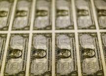 Billetes de un dólar en una mesa de luz en la Casa de Moneda de los Estados Unidos en Washington, mar 30, 2016. El dólar tocó el viernes su mayor nivel frente al yen en más de tres semanas ante las expectativas de una inminente subida de las tasas de interés por parte de la Reserva Federal de Estados Unidos, al tiempo que mostró pocos cambios ante el euro tras una recogida de beneficios.   REUTERS/Gary Cameron/Files