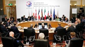 Estados Unidos lanzó el sábado una nueva advertencia a Japón en contra de una devaluación competitiva de su moneda, exponiendo una división sobre la política del tipo de cambio que opacó una cumbre de los líderes de Finanzas del Grupo de los Siete países más ricos (G-7) organizada por la nación asiática. Imagen de los participantes en la cumbre del G7 en Sendai, en la prefactura de Miyagi, en Japón, en esta imagen tomada en Kyodo el 20 de mayo de 2016.  Kyodo/via REUTERS
