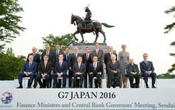 Participantes de la reunión de ministros de finanzas y banqueros centrales del G7 posan para una foto de familia en la prefectura de Miyagi en Sendai en Japón. 19 de mayo de 2016.  Estados Unidos lanzó el sábado nuevas advertencias a Japón en contra de una devaluación competitiva de su moneda, exponiendo una división sobre la política cambiaria que opacó una cumbre de los líderes de Finanzas del Grupo de los Siete países más ricos (G-7). ATENCIÓN EDITORES - SOLO PARA USO EDITORIAL.  NO ESTÁ A LA VENTA Y NO SE PUEDE USAR EN CAMPAÑAS PUBLICITARIAS. ESTA IMAGEN HA SIDO ENTREGADA POR UN TERCERO Y SE DISTRIBUYE EXÁCTAMENTE COMO LA RECIBIÓ REUTERS COMO UN SERVICIO A SUS CLIENTES.