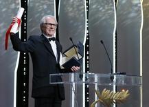 """El director británico Ken Loach celebra la Palma de Oro de ganador del festival de Cannes por su película """"I, Daniel Blake"""". 22 mayo 2016. REUTERS/Yves Herman"""