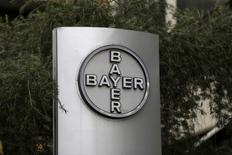 El grupo alemán de medicamentos y productos químicos Bayer AG dijo que hizo una oferta en efectivo para comprar Monsanto Co, la mayor compañía de semillas del mundo, por un valor total de 62.000 millones de dólares, deuda incluida, que de ser aceptada sería la mayor operación de una empresa alemana de la historia. En la imagen de archivo, el logo de Bayer en la sede venezolana de Bayer en Caracas, el 1 de marzo de 2016. REUTERS/Marco Bello
