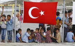 """Лагерь беженцев в городе Низип, провинция Газиантеп, Турция. Турция может приостановить все соглашения с Европейским союзом, в том числе и договор о таможенном союзе, если блок продолжит придерживаться """"двойных стандартов"""" в ходе переговоров с Анкарой, сказал советник турецкого президента Тайипа Эрдогана. REUTERS/Umit Bektas"""