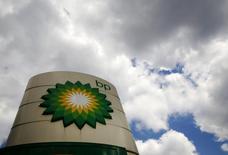 En la imagen, logo de BP en una gasolinera en Londres, 29 de julio de 2014. La sorprendente salida del jefe de exploración de la británica BP ha puesto el foco de atención en una estrategia de búsqueda de petróleo que, tras años de recortes de presupuesto, se centra principalmente en la ampliación de los campos existentes en lugar de aventurarse hacia lo desconocido sin reparar en gastos. REUTERS/Luke MacGregor/File Photo