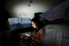 Une blogueuse de mode utilisant Instagram, le réseau social privilégié de la mode et du luxe. L'essor des réseaux sociaux et leur impact sur les nouveaux consommateurs du luxe bouleversent les règles de la concurrence au sein d'un secteur qui voit de jeunes marques acquérir, à peu de frais, une visibilité mondiale. /Photo d'archives/REUTERS/Vivek Prakash