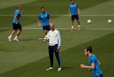 Zinedine Zidane durante treino do Real Madrid.      24/05/2016   REUTERS/Andrea Comas