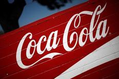 """Coca-Cola European Partners debutará en la bolsa española el 2 de junio mediante un """"listing"""", días después de saltar al parqué de forma simultánea en Nueva York, Londres y Amsterdam, comunicó el martes Coca-Cola Enterprises tras aprobar en una junta de accionistas la fusión de sus tres embotelladoras en Europa. En la imagen de archivo, el logo de Coca-Cola en Los Ángeles, California, el 4 de abril de 2016. REUTERS/Lucy Nicholson"""