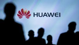 Le chinois Huawei Technologies a engagé des poursuites pour violations de brevets de smartphones à l'encontre du sud-coréen Samsung Electronics. /Photo d'archives/REUTERS/Hannibal Hanschke