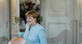 La confianza empresarial alemana aumentó más de lo esperado en mayo ya que las empresas se mostraron más optimistas acerca de la situación actual y las expectativas de los directivos también mejoraron, según un sondeo difundido el miércoles. En la imagen, la canciller a su llegada al consejo de ministros en Alemania el 25 de mayo. REUTERS/Hannibal Hanschke