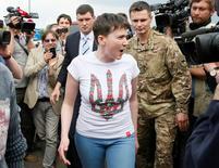 Украинка Надежда Савченко по прилете в киевский аэропорт Борисполь 25 мая 2016 года. Савченко вернулась на Украину из российской тюрьмы и пообещала продолжить борьбу - в парламенте и на фронте. REUTERS/Gleb Garanich