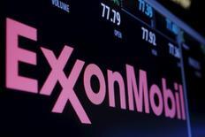 L'assemblée générale d'Exxon Mobil a approuvé une mesure permettant aux actionnaires minoritaires de désigner des membres du conseil d'administration, ce qui pourrait amener un jour un partisan de la lutte contre le changement climatique à devenir administrateur de la première compagnie pétrolière cotée au monde. /Photo prise le 21 décembre 2015/REUTERS/Lucas Jackson