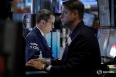 Трейдеры на торгах фондовой биржи в Нью-Йорке 25 мая 2016 года. Индексы США показали сильный рост вторую сессию кряду в среду благодаря восстановлению цен на нефть и тому, что инвесторы свыклись с перспективой повышения ставок уже в июне. REUTERS/Brendan McDermid
