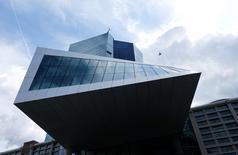 El Banco Central Europeo planea una revisión en profundidad para evaluar cómo los bancos están lidiando con los tipos de interés ultrabajos y prevé establecer una estrategia más coherente para supervisar a los bancos con altos niveles de morosidad, dijo el jueves un regulador del BCE. En esta imagen de archivo del 3 de septiembre de 2015, sede del BCE en Fráncfort.  REUTERS/Ralph Orlowski/File Photo