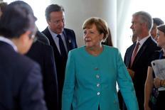 La canciller alemana Angela Merkel y el primer ministro británico David Cameron (centro, atrás) llegan a una reunión en el segundo día de la cumbre del G7, en Shima, Japón. 26 de mayo de 2016. Los riesgos para la economía mundial continúan pese a las señales de un crecimiento estable, dijo el jueves la canciller alemana, Angela Merkel, quien agregó que los bajos precios de las materias primas son un problema para muchos países. REUTERS/Carlos Barria