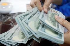 Служащий банка в Ханое пересчитывает доллары США. Резкий рост иены в ходе азиатских торгов в четверг заблокировал дальнейший подъём доллара после двухнедельного увеличения и возобновления спекуляций о сопротивлении американских инвесторов любому росту за отметкой 110,50 иены.  REUTERS/Kham