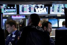 Traders work on the floor of the New York Stock Exchange (NYSE) in New York City, U.S., May 25, 2016.  REUTERS/Brendan McDermid