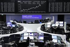 Las bolsas europeas caían ligeramente en las primeras operaciones del viernes, arrastradas por la debilidad del sector del petróleo y de los bancos españoles, aunque Roche subía apoyada en los resultados positivos de un análisis interno de uno de sus medicamentos. En la imagen, operadores trabajan en sus mesas delante del índice de precios alemán DAX en la Bolsa de Fráncfort, Alemania, el 13 de mayo de 2016.     REUTERS/Staff/Remote