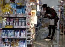 Una mujer mira los productos en una farmacia en Tokio, Japón. 28 de marzo de 2016. Los precios subyacentes al consumidor de Japón cayeron por segundo mes consecutivo en abril, avivando los temores a una deflación y manteniendo la presión sobre el banco central para que haga más para alcanzar su ambiciosa meta de inflación. REUTERS/Yuya Shino