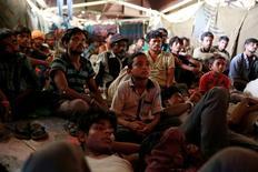 Pessoas assistindo filme em cinema improvisado em Nova Délhi.             REUTERS/Cathal McNaughton