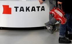 Visitantes caminan junto al logo de Takata Corp, en una exhibición de vehículos en Tokio, Japón. 5 de febrero de 2016. Ocho automotrices dijeron el viernes que llamaron a revisión más de 12 millones de vehículos vendidos en Estados Unidos para verificar posibles defectos derivados de las bolsas de aire fabricadas por la empresa japonesa Takata, según mostraron documentos publicados por reguladores estadounidenses. REUTERS/Toru Hanai/File Photo